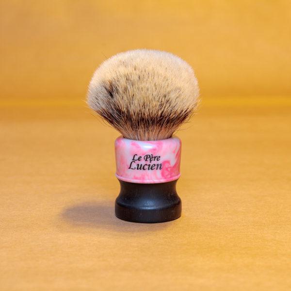 blaireau-mred-le-pere-lucien-26mm-hmw-sur-resine-rose-blanche
