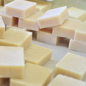 v lot-de-chutes-de-savon-de-toilette-fabrication-artisanale-1kg-déclassé