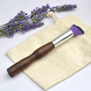 pinceau-de-maquillage-manche-en-bois-biseaute-touffe-violet